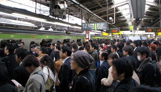 ギュウギュウの満員電車でスマホ使うな!使用禁止にしても構わないと思ってる人は結構多い。
