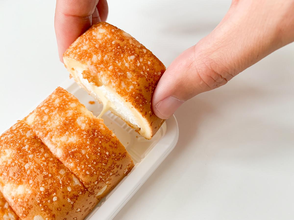 焼きチーズもち食感ロール(のびーるチーズクリーム)伸びる